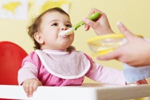 Cómo enseñar a comer a un bebe