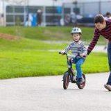 Cómo enseñar a un niño a andar en bicicleta