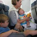 Recomendaciones y consejos para viajar en avión con niños pequeños